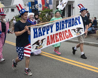 走在Wellfleet 7月游行第4的人们在Wellfleet,马萨诸塞 免版税库存图片