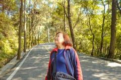 走在xiqiao山公园夫斯汉瓷的美丽的资深亚裔妇女 免版税库存图片