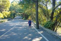 走在xiqiao山公园夫斯汉瓷的美丽的资深亚裔妇女 库存照片