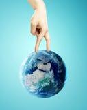 走地球上的手 库存图片