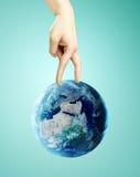 走地球上的手 免版税图库摄影