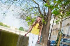走塞纳河的女孩在巴黎 免版税库存照片