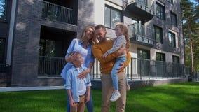 走夏日的家庭在房子后院  影视素材