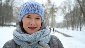 走外面在冬天特写镜头的快乐的妇女 股票录像