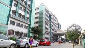 走外面在政府医院的汽车停车处和人在金奈,印度 股票视频
