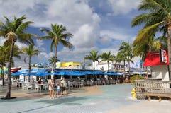 走外面在时代广场,迈尔斯堡,佛罗里达的家庭 免版税库存图片