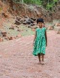 走女孩的孩子在村庄下坡 免版税图库摄影