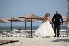 走婚礼的夫妇,后部 图库摄影
