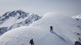 走山远征空中飞行史诗山脉攀登的登山人到成功美好的高峰冬天 影视素材
