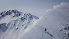 走山远征空中飞行史诗山脉攀登的登山人到成功美好的高峰冬天 股票视频