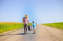 走带着老手提箱的家庭在晴朗的夏天 库存图片