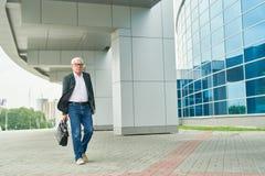 走年迈的企业家工作 免版税库存照片