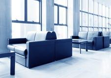 走廊办公室沙发 免版税图库摄影