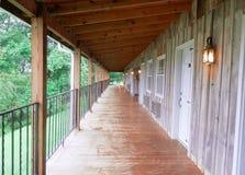 走廊在土气旅馆里 免版税库存图片