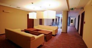 走廊旅馆皮革沙发 库存图片