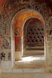 走廊的老隧道曲拱 免版税库存照片