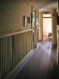走廊老被困扰的旅馆 库存图片