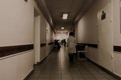 走廊里面被放弃的精神病院 免版税图库摄影