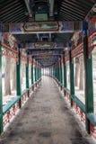 走廊长的宫殿夏天 免版税库存照片