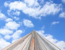 走开与白色云彩的天空的路 免版税库存照片