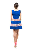 走开后方后侧方观点的蓝色夏天短小礼服的少妇 图库摄影