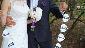 走开在夏天公园的新娘和新郎 股票录像