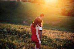 走开在领域,握手的夫妇看法的后面看法夫妇  库存照片
