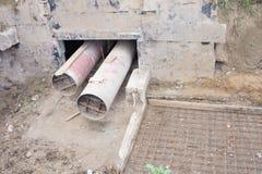 走开天际的两个不锈钢热水管 免版税库存图片