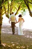 走开婚礼的夫妇 免版税图库摄影