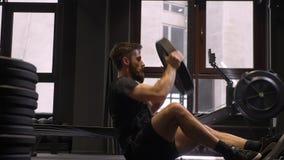 走开成人肌肉运动爱好健美者swingning的新闻和举的重量特写镜头射击完成和 影视素材