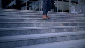走往办公楼的台阶的年轻时髦的商人 影视素材