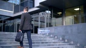 走往办公楼的台阶的年轻时髦的商人 股票视频