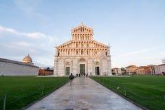 走往比萨大教堂的游人世界famou的 库存图片
