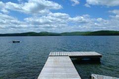 走往湖的木船坞, 库存图片