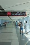 走往迪拜购物中心的人们 免版税库存照片