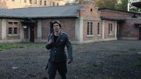 走户外与在背景的红砖大厦的德国士兵 WW2再制定 股票视频