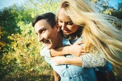 走户外在公园的一对年轻爱恋的夫妇 免版税库存照片