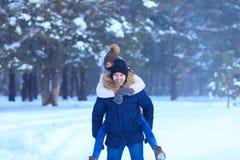 走户外在多雪的森林的嬉戏的夫妇 图库摄影
