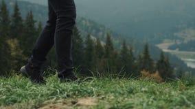 走户外在山风景背景的年轻人徒步旅行者  股票录像