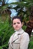 走户外在棕榈中的企业夫人 库存照片
