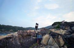 走日本的寺庙山道路的人 免版税库存照片
