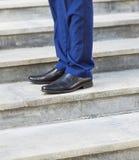 走楼上:人的皮鞋特写镜头视图  免版税库存照片