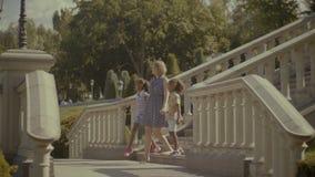 走楼下在旅行地点的不同的家庭 影视素材