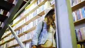 走楼下在架子附近的妇女有很多书 股票录像