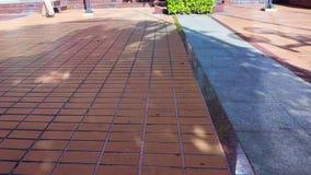 走横跨使的人腿物质地板环境美化 都市公园走道,步行道 股票视频