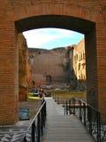 走横跨古老建筑学在terme di caracalla在罗马 免版税库存照片