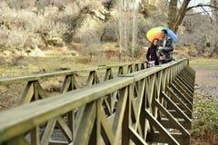 走横跨桥梁的夫妇 免版税库存图片