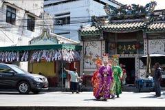走横跨街道的中国歌剧演员到黑海的提供的寺庙 库存照片