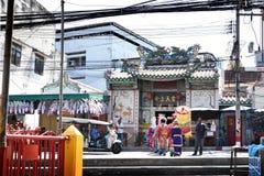 走横跨街道的中国歌剧演员到黑海的提供的寺庙 免版税库存照片
