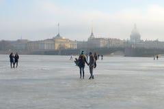 走横跨冻结的内娃有雾的3月天 圣彼德堡 免版税库存照片